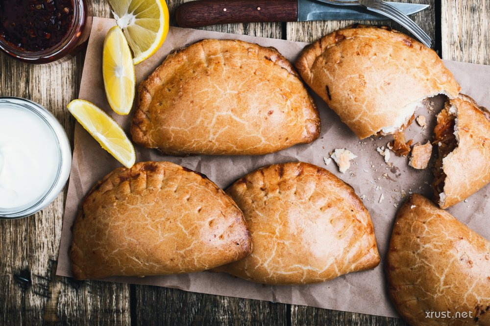 Хозяйке необходимо испечь 6 пирожков. Как ей справиться за 15 минут, если на сковороде помещается только 4 пирожка, а с каждой стороны пирожок должен печься 5 минут?